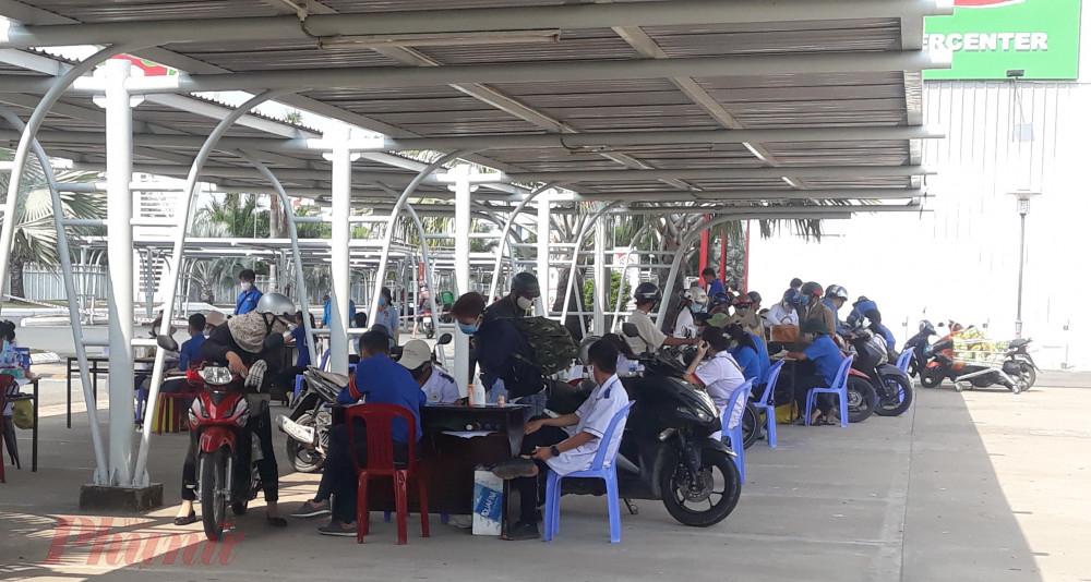 Chốt kiểm tra y tế tại cửa ngõ đường dẫn cầu Cần Thơ vào nội thành Cần Thơ.