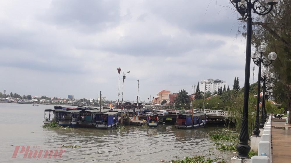 Các tàu, thuyền chở du lịch tham quan miền sông nước giờ đành neo đậu dưới bến thành đoàn ở bến Ninh Kiều.
