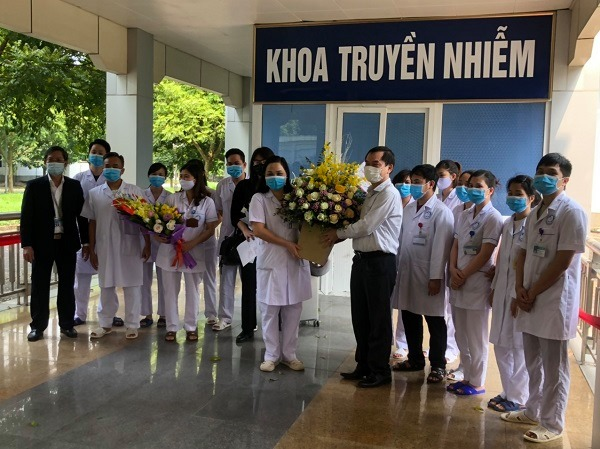 Người nhà bệnh nhân tặng hoa cảm ơn đội ngũ y, bác sĩ tại Khoa Truyền nhiễm, Bệnh viện Đa khoa tỉnh Ninh Bình.