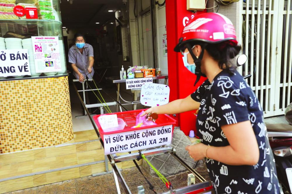 """Phở """"ròng rọc"""" ở Q.Tân Phú đắt hàng mùa COVID-19"""