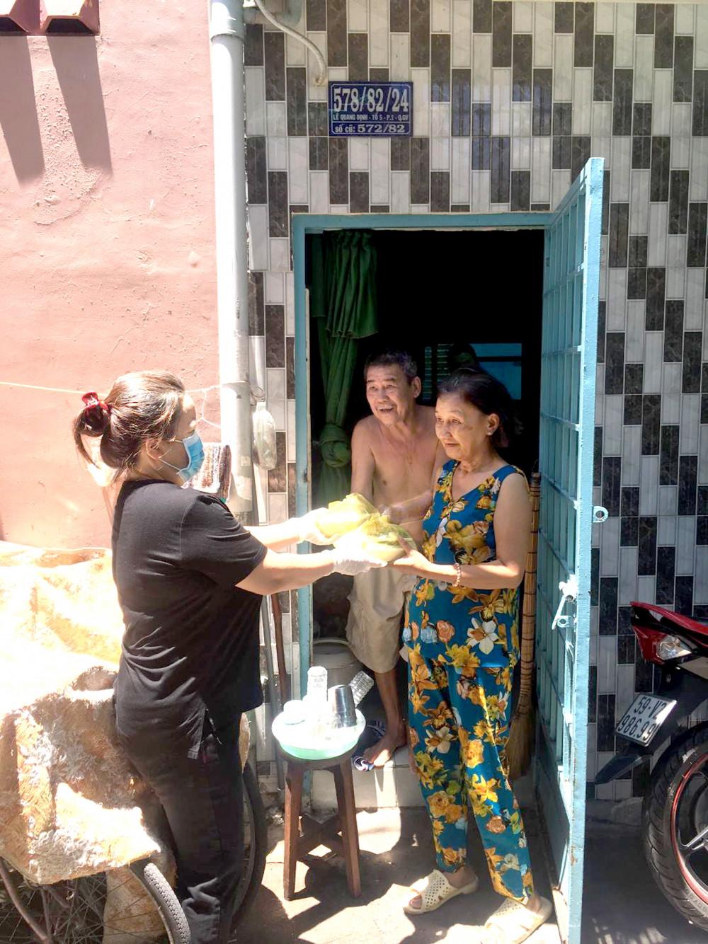 Hội viên các chi tổ hội đến từng nhà tặng cơm cho người nghèo, già yếu