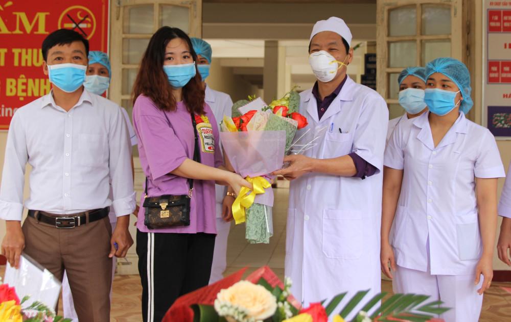 Nữ bệnh nhân đầu tiên ở Hà Tĩnh được công bố khỏi bệnh và cho xuất viện sau 21 ngày điều trị