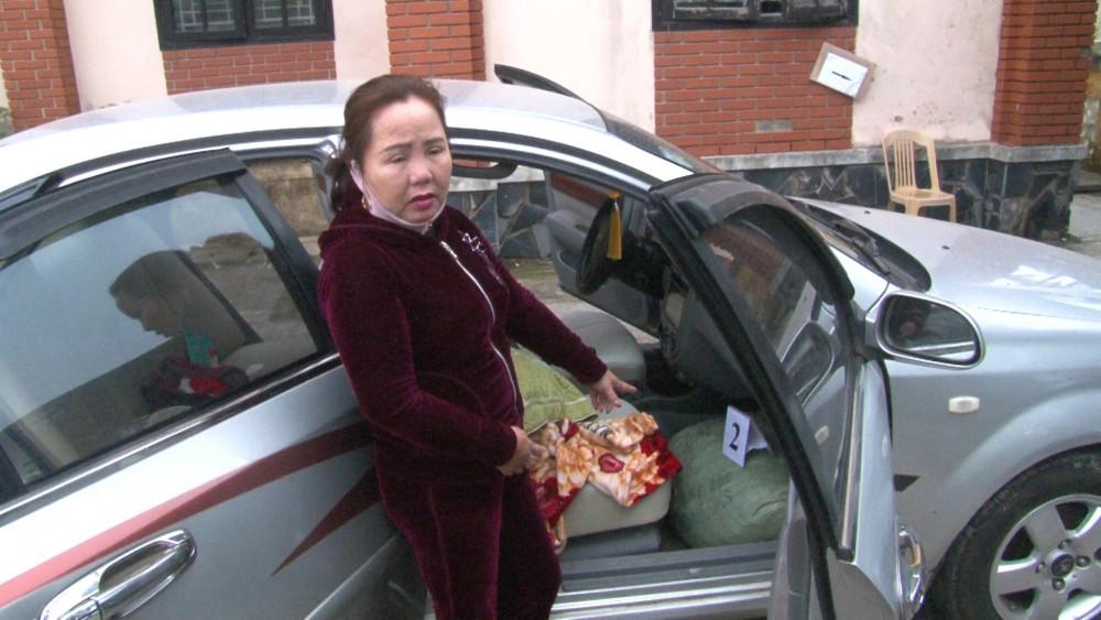 Bà Phạm Thị Thu chỉ vị trí giấu thuốc nổ trên xe