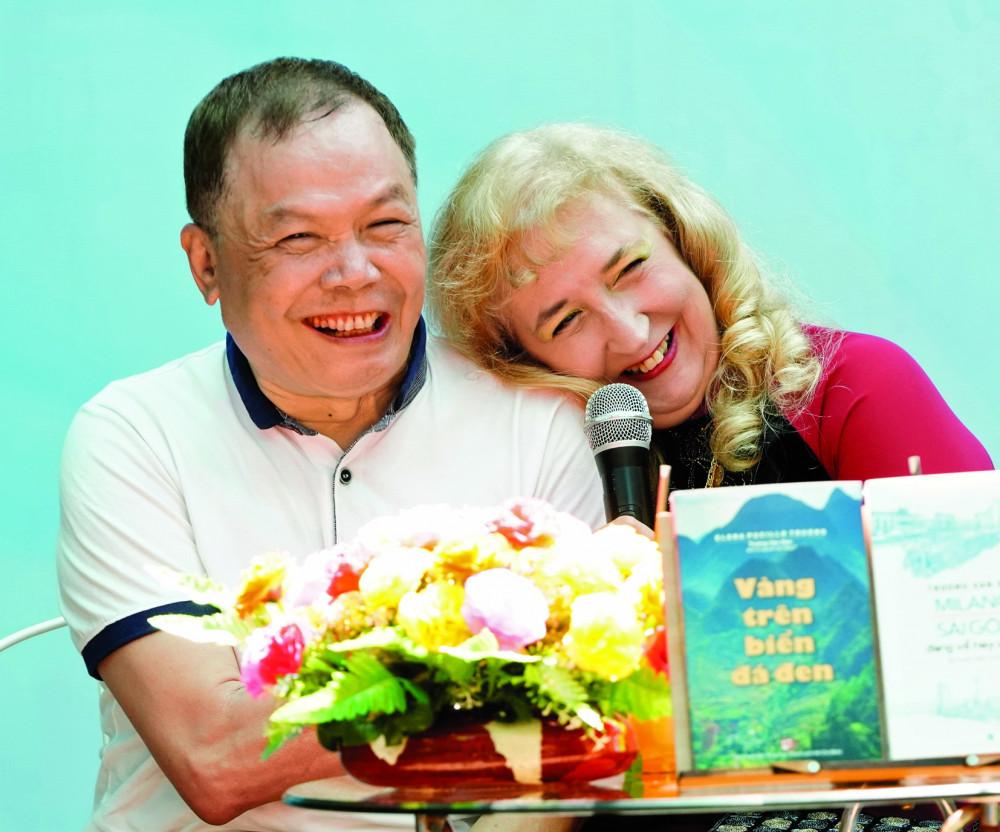 Nhà văn Trương Văn Dân và Elena Pucillo Truong trong buổi ra mắt tác phẩm  Vàng trên biển đá đen và Milano - Sài Gòn, đang về hay sang?
