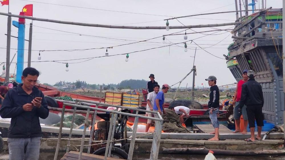 Cảng cá Thuận An giữa mùa dịch bệnh COVID-19 vẫn tấp ngư dân đến trao đổi, buôn bán hải sản trên cảng cá