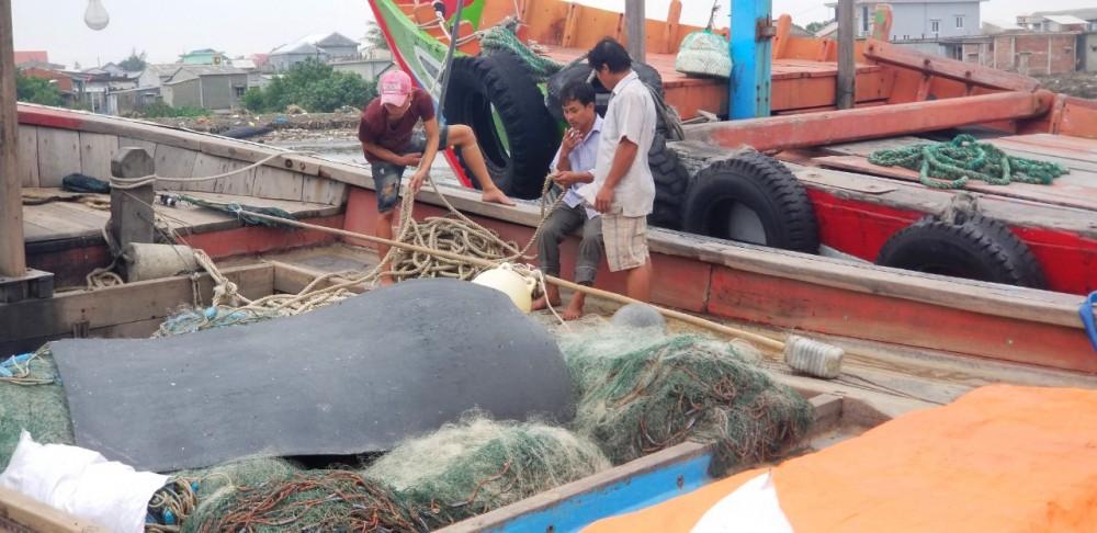 Nhiều ngư dân không đeo khẩu trang trong cảng cá Thuận An bất chấp khuyến cáo, nhắc nhở từ chính quyền địa phương