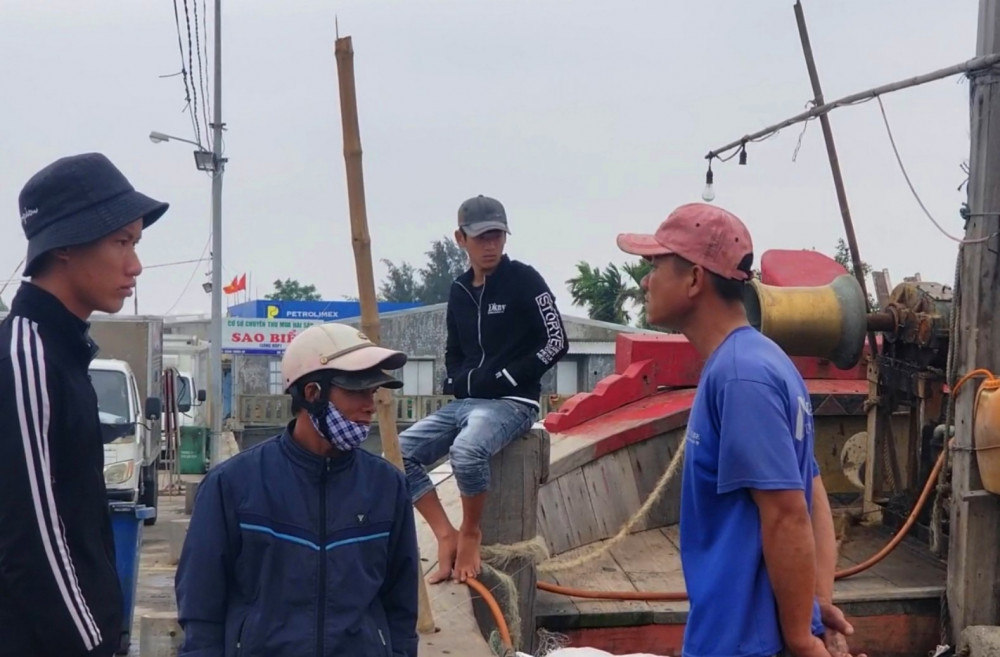 Lý giải của nhiều ngư dân là do đã quá quen nhau nên không cần mang khẩu trang