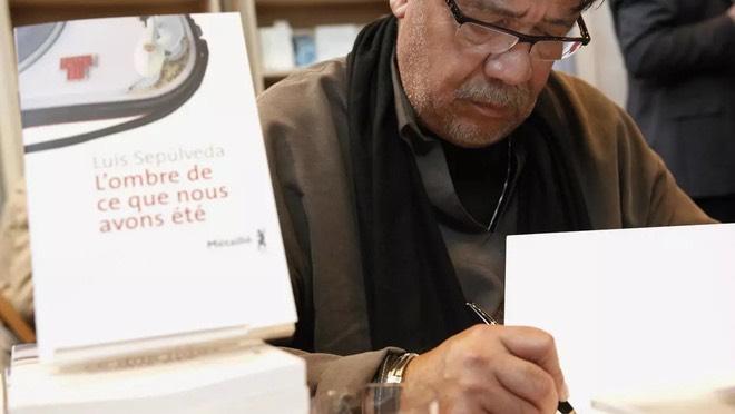 Nhà văn Luis Sepúlveda. Ảnh: AFP