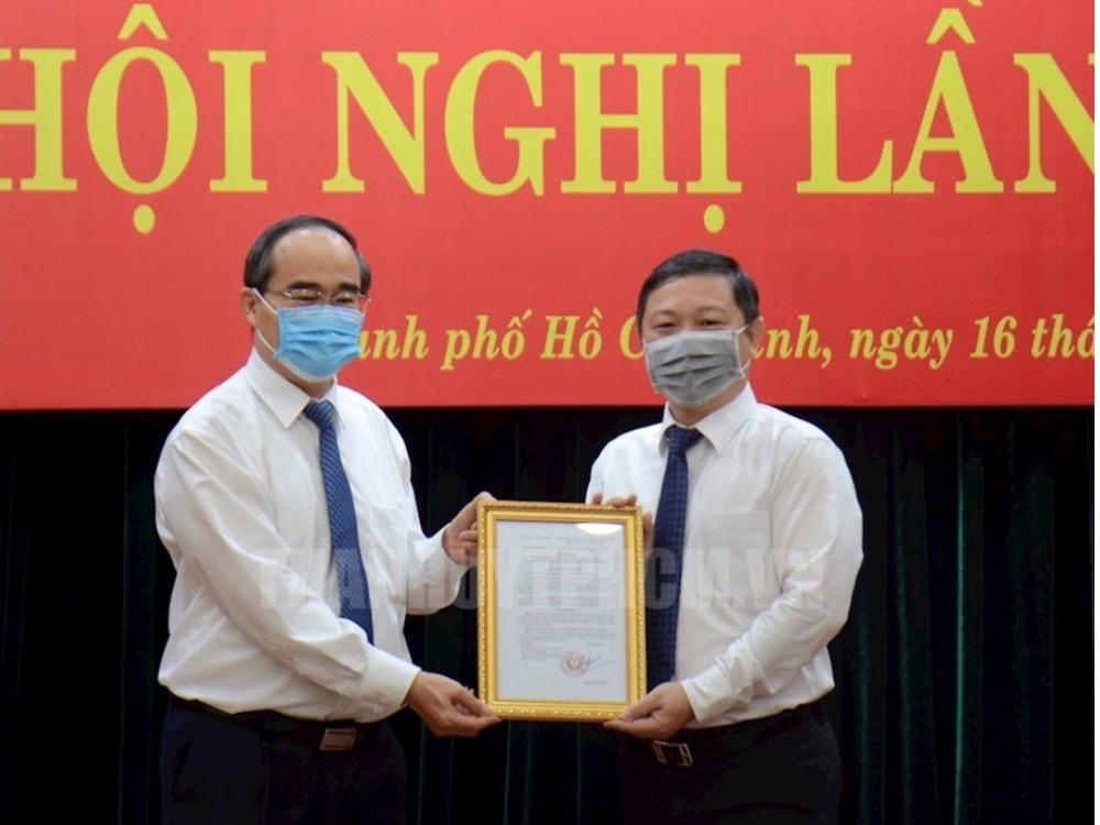 Bí thư Thành ủy TPHCM Nguyễn Thiện Nhân trao quyết định cho ông Dương Anh Đức