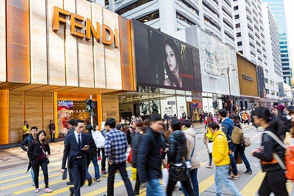Các cửa hàng thời trang cao cấp Trung Quốc những ngày đầu tái hoạt động.