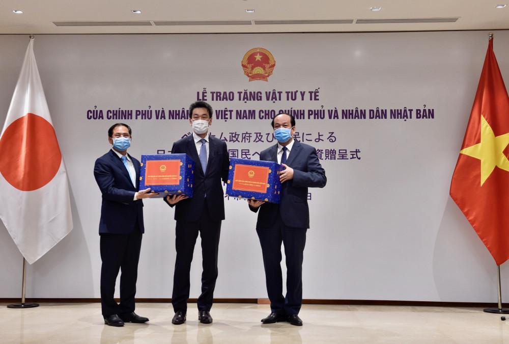Thứ trưởng Thường trực Bộ Ngoại giao Việt Nam Bùi Thanh Sơn trao vật tư y tế hỗ trợ nhân dân Nhật Bản - Ảnh: VGP/Nhật Bắc