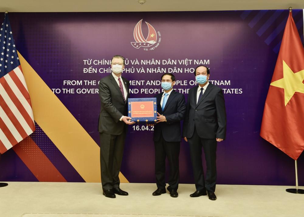 Bộ trưởng Mai Tiến Dũng, Thứ trưởng Bùi Thanh Sơn trao vật tư y tế hỗ trợ nhân dân Hoa Kỳ