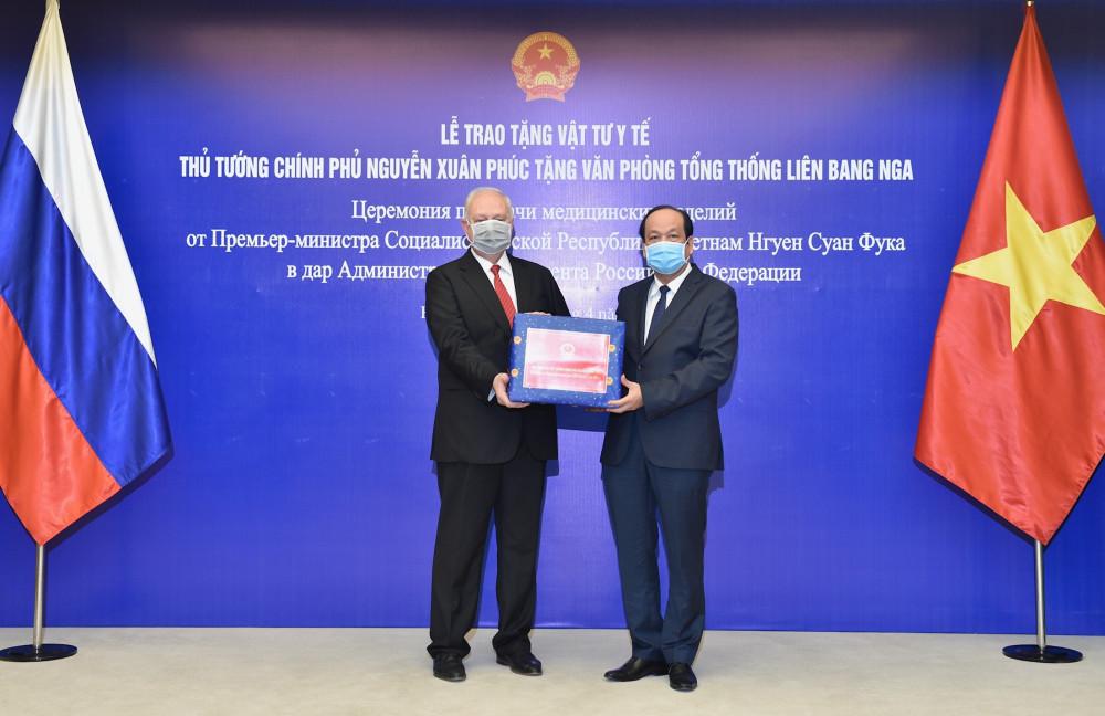 Bọ trưởng Mai Tiến Dũng trao vật tư y tế hỗ trợ nhân dân Liên bang Nga