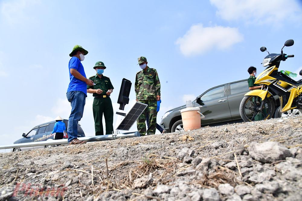 Trời nắng như đổ lửa, đất thì khô cứng nhưng lực lượng đoàn viên thanh niên cùng bộ đội biên phònng DNTN huyện Bến Cầu cố gắng đào cho kịp tiến độ