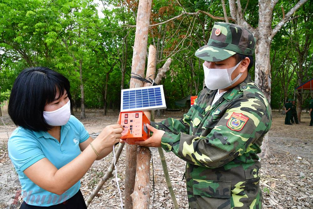 Hướng dẫn cách sạc điện thoại bằng hệ thống pin năng lượng mặt trời