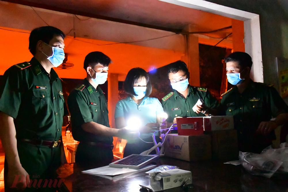 1.Để đảm bảo phục vụ kịp thời các chiến sĩ nơi biên giới, Bộ chỉ huy BĐBP Tây Ninh đã đi xuyên đêm đến từn chốt để lắp đặt