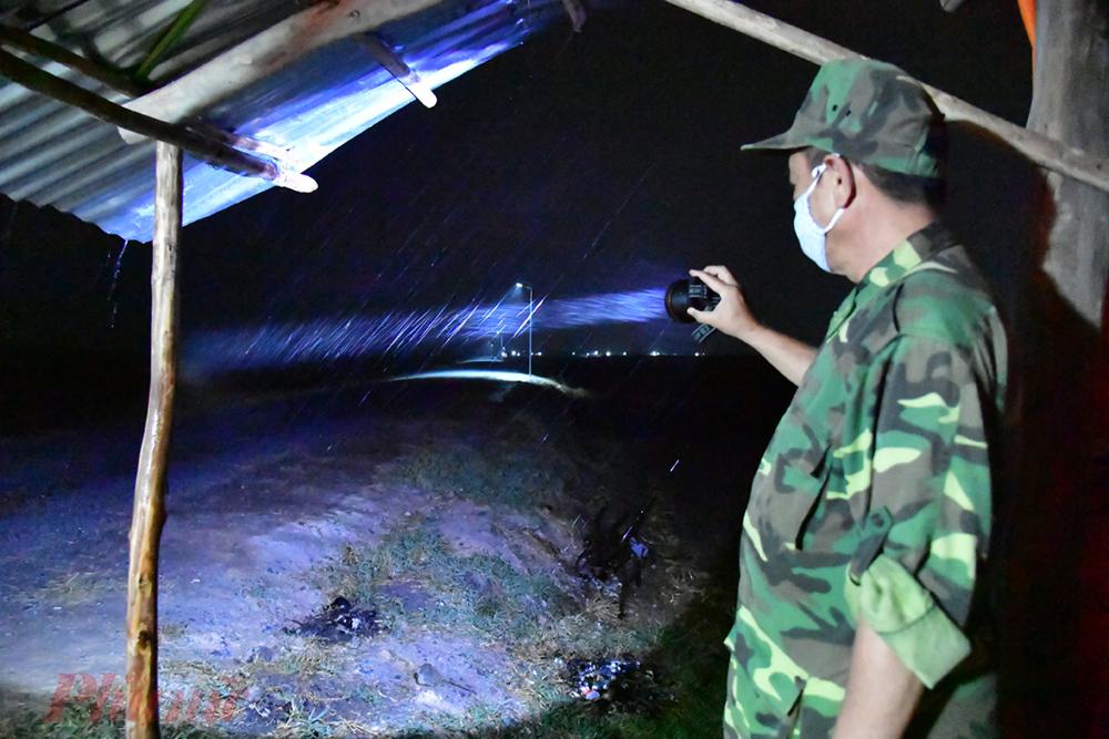 1.Đêm đầu tiên khi có hệ thống đèn năng lượng chiếu sang, mặc dù trời mưa rất lớn nhưng các chiến sĩ Đồn biên phòng Cửa khẩu quốc tế Mộc Bài cho biết dễ dàng kiể soát đoạn biên giới được phân công