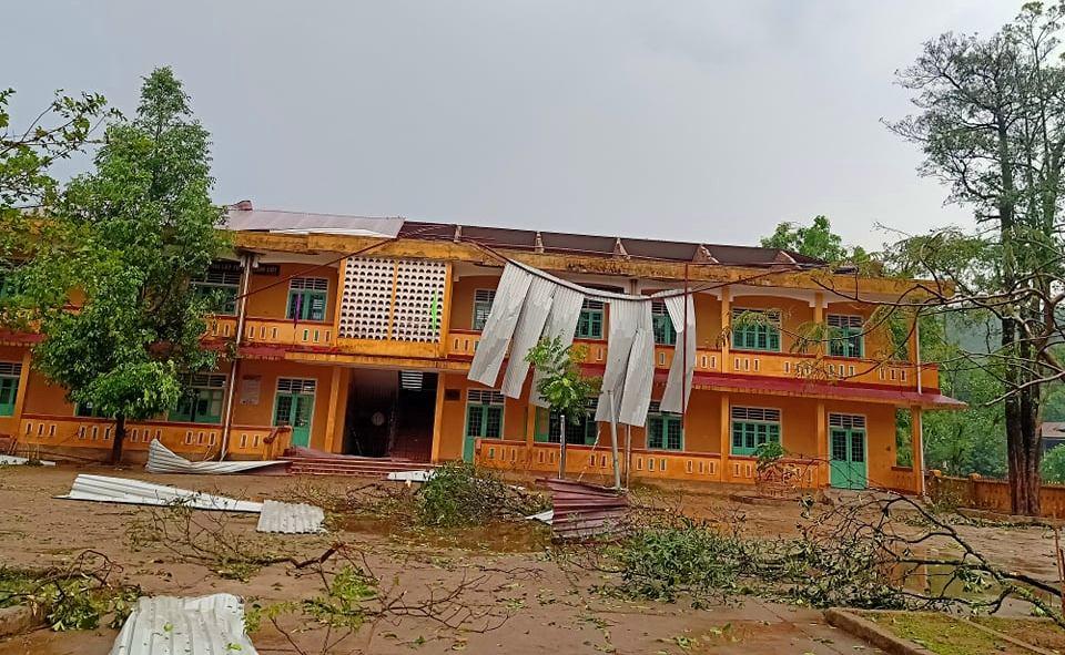Mái tôn trường học ở Hồng Thủy đã bị gió quật mạnh làm hư hại dãy phòng học tầng 2