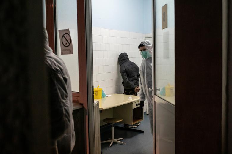 Cảnh sát bắt giữ một người di cư bị nghi mắc COVID-19 tại một phòng khám ở Belgrade, Serbia