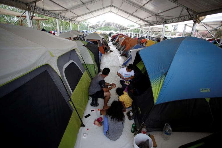 Một gia đình tị nạn sinh hoạt trong không gian chật chội trong một trại tị nạn ở Matamoros, Mexico