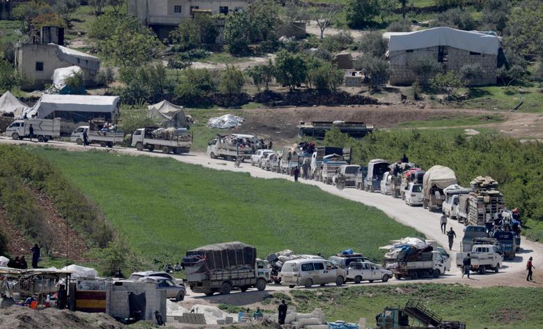 Xe chở đồ đạc của người Syria đi tị nạn quay đầu trở về quê nhà trong bối cảnh có nhiều sự lo ngại về việc lây lan dịch bệnh trong những trại tị nạn.