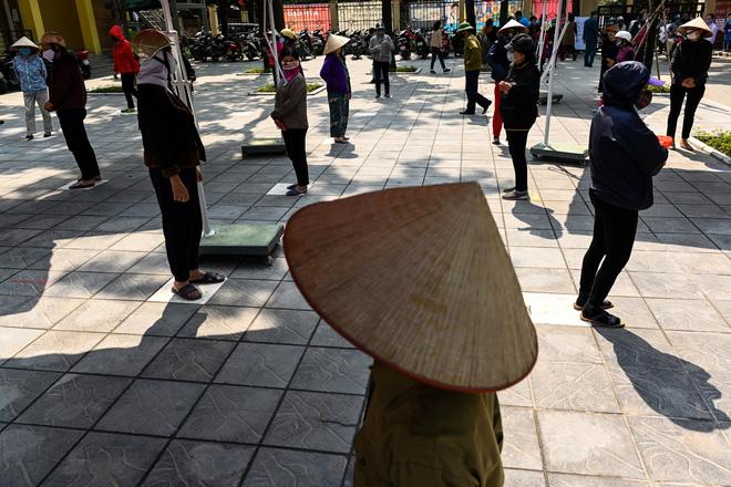 Người dân xếp hàng tại ATM gạo