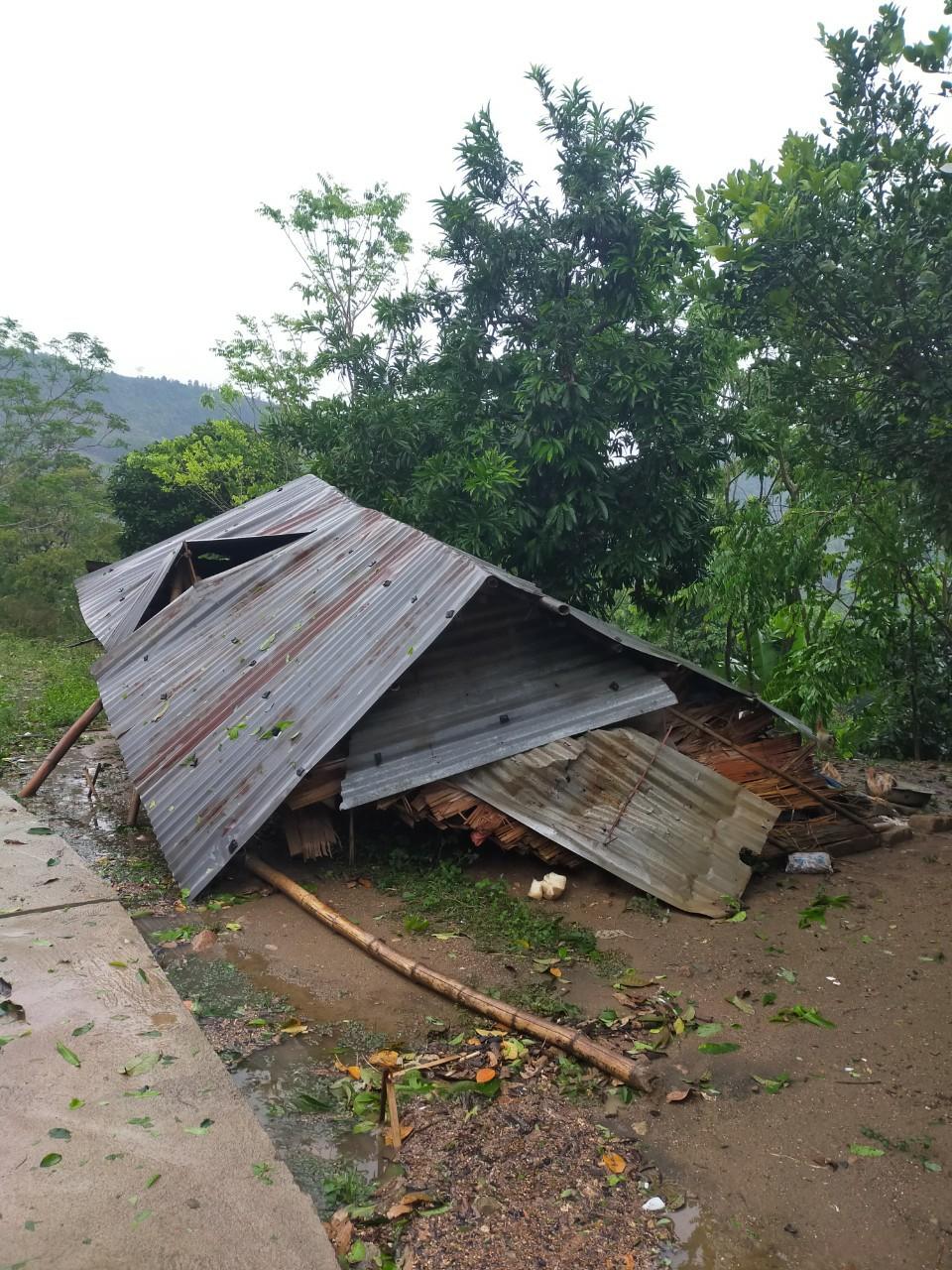 Một căn nhà mái  tôn bị đổ sập