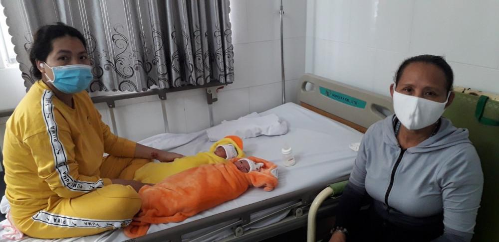 Chị H. và hai con gái đã khỏe mạnh, được xuất viện về nhà, ảnh phòng CTXH.