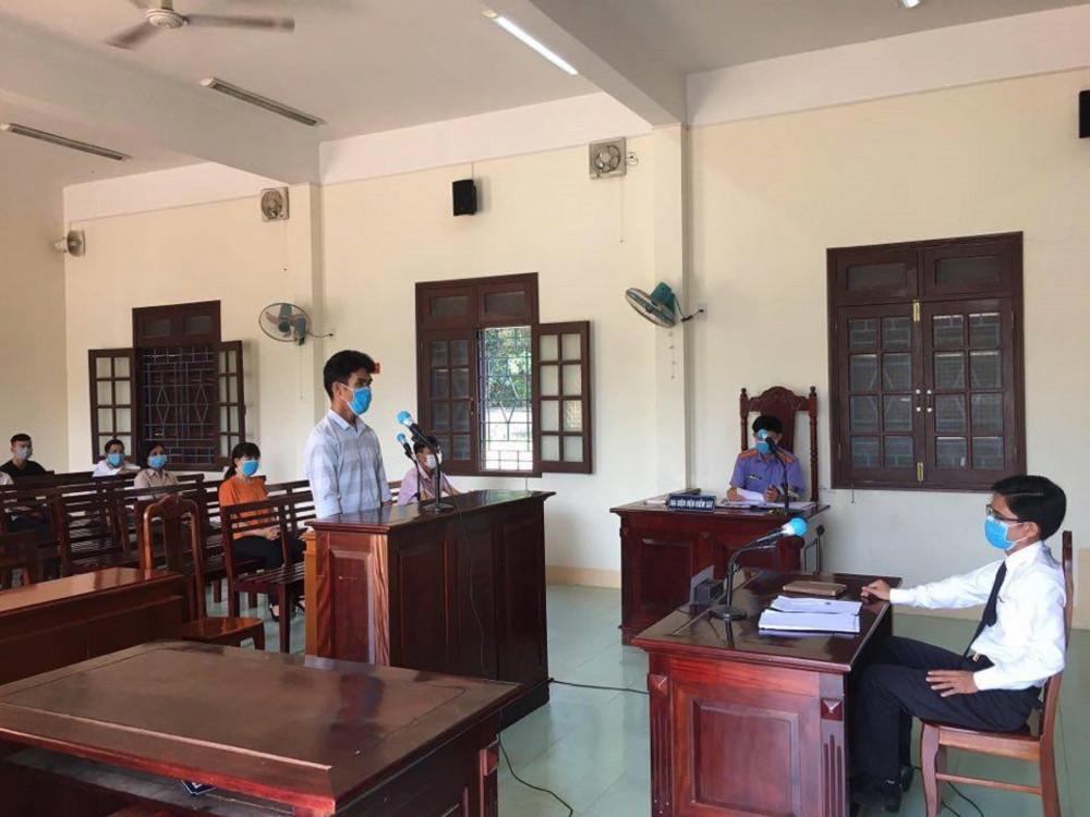 Với hành vi hành hung cán bộ tại chốt kiểm dịch COVID-19, Phương bị TAND huyện Nông Sơn tuyên phạt 9 tháng tù giam với tội danh Chống người thi hành công vụ