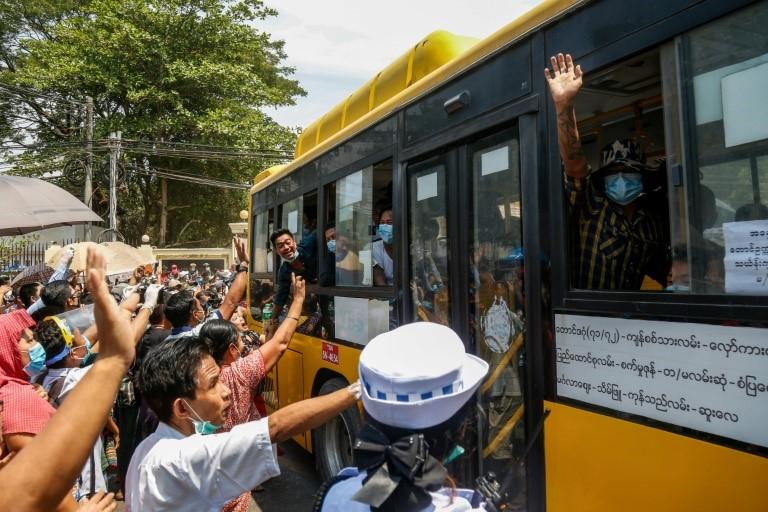 Thân nhân chào đón các tù nhân được giải thoát khỏi nhà tù Insein ở Yangon hôm 17/4. Ảnh: AFP