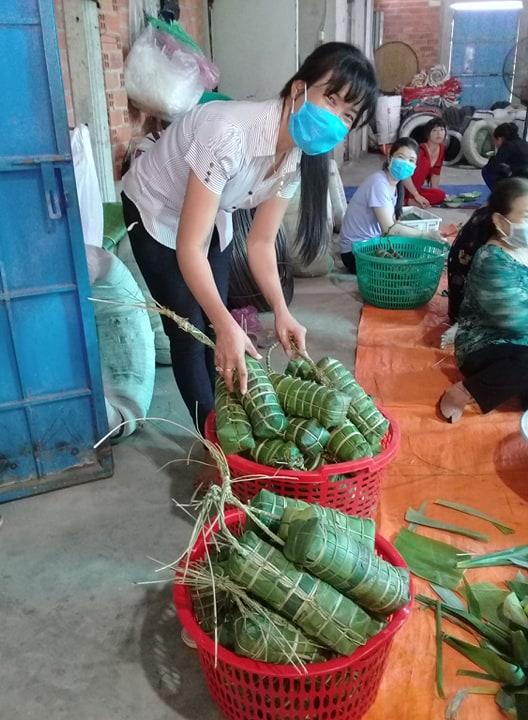 Chị Trần Kim Ngân xếp bánh vào sọt