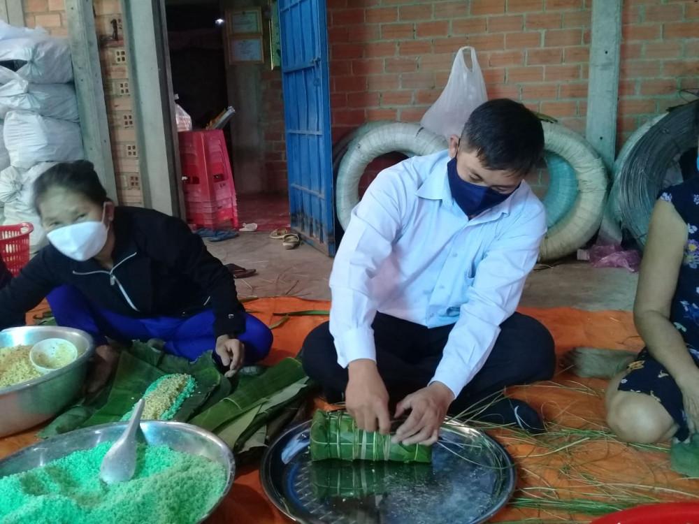 Bí thư xả Tân Bình, Huỳnh Quốc Tuấn cũng tham gia gói bánh