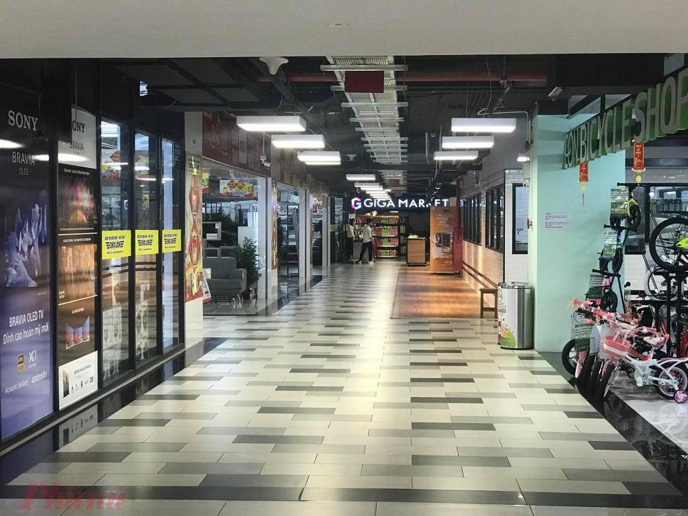 Nhiều cửa hàng trong hệ thống trung tâm thương mại tại TPHCM đóng cửa nhiều cửa