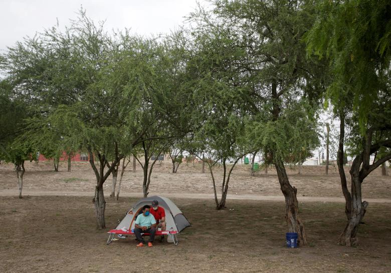 Nhân viên y tế của tổ chức Global Response Management thăm hỏi một bệnh nhân, là người di cư bị cô lập tại Matamoros, Mexico hôm 10/4. Người đàn ông này đang xin tị nạn ở Mỹ. Khu vực này cũng có khoảng 2.000 người di cư sinh sống.