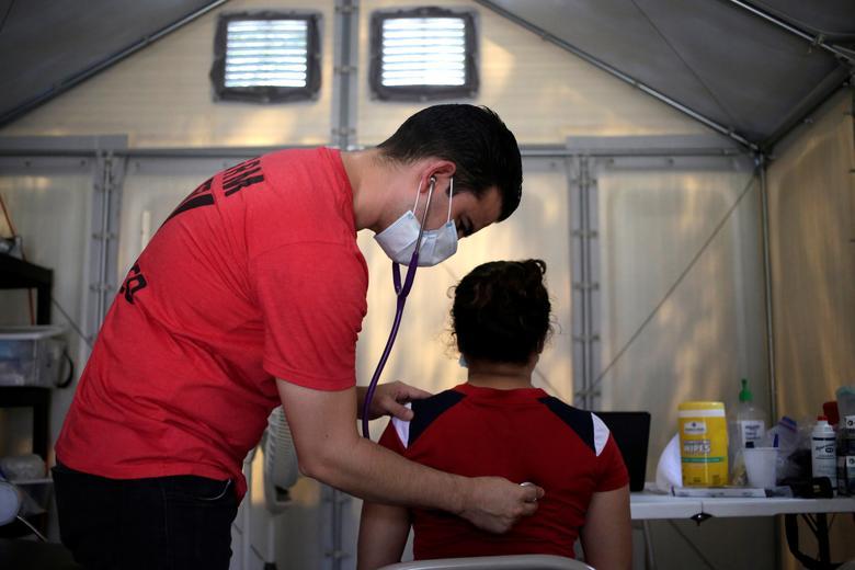 Bác sĩ của Global Response Management thăm khám cho một bệnh nhân, là người di cư, đang sống ở khu vực dành cho người di cư tại Matamoros, Mexico.