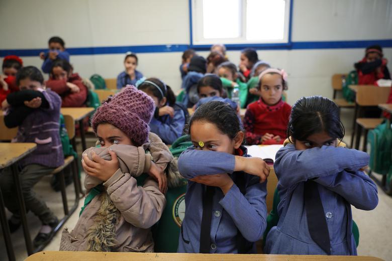 Các sinh viên tị nạn Syria tham gia vào hoạt động rửa tay trong chiến dịch nâng cao nhận thức về coronavirus do OXFAM và UNICEF khởi xướng tại trại tị nạn Zaatari ở thành phố Mafraq của Jordan, gần biên giới với Syria.