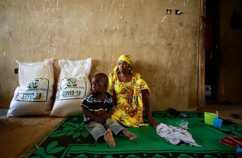 Gia đình tị nạn nội địa nhận thức ăn từ tổ chức hỗ trợ nạn nhân của Nigeria hôm 14/4.