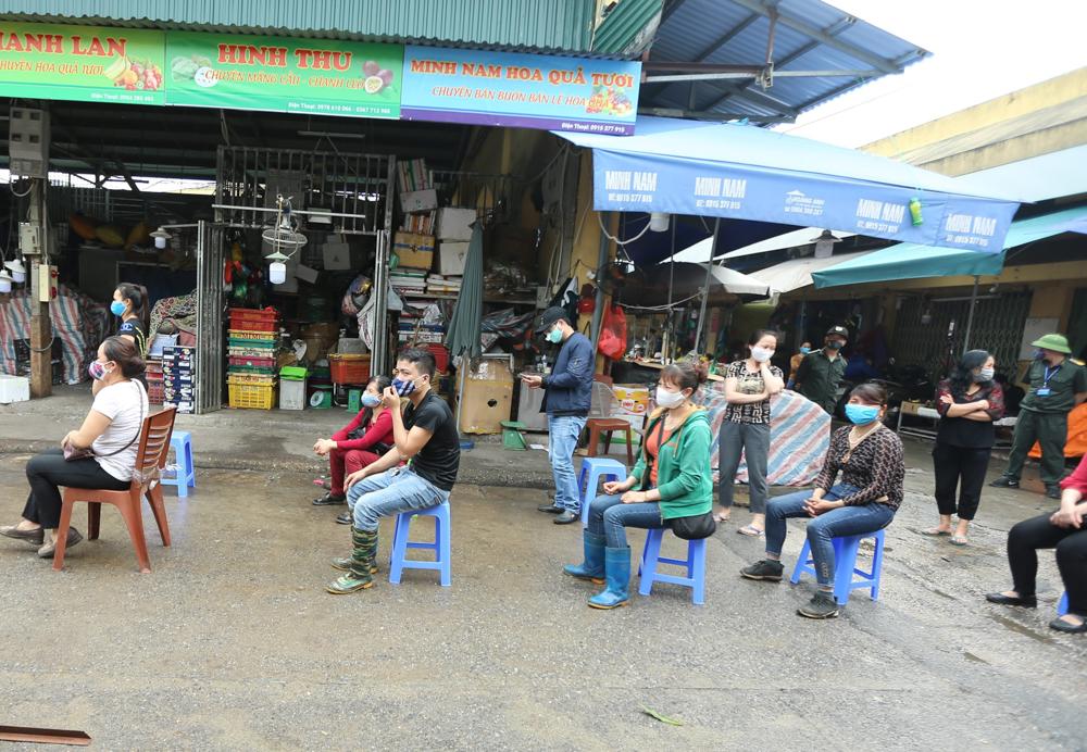 Trung tâm Y tế quận Ba Đình (Hà Nội) đã tổ chức lấy mẫu, test nhanh sàng lọc Covid-19 cho hàng trăm tiểu thương và những lao động tại chợ đầu mối Long Biên.