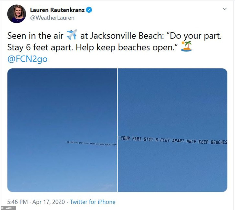 Trên bầu trời, máy bay kéo theo băng-rôn với dòng dữ: Nhiệm vụ của bạn là giữ khoảng cách 1,8m để đảm bảo bãi biển tiếp tục được mở cửa.