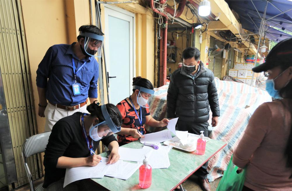 Nhiều tiểu thương đã đến làm xét nghiệm nhanh tại chợ Long Biên.