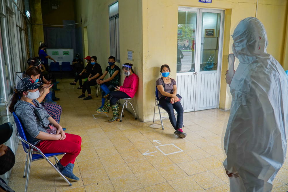 Còn nhiều người chờ đợi đến lượt xét nghiệm, phòng chờ cũng phải đảm bảo giãn cách 2m.