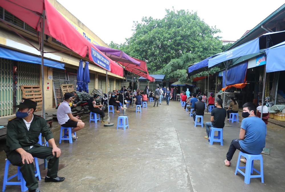 Ông Nguyễn Trọng Nghĩa, Trưởng Ban quản lý (BQL) chợ Long Biên cho biết, trong ngày hôm nay, 18.4, tại điểm xét nghiệm chợ Long Biên sẽ tổ chức lấy mẫu, xét nghiệm nhanh cho khoảng 220 người.