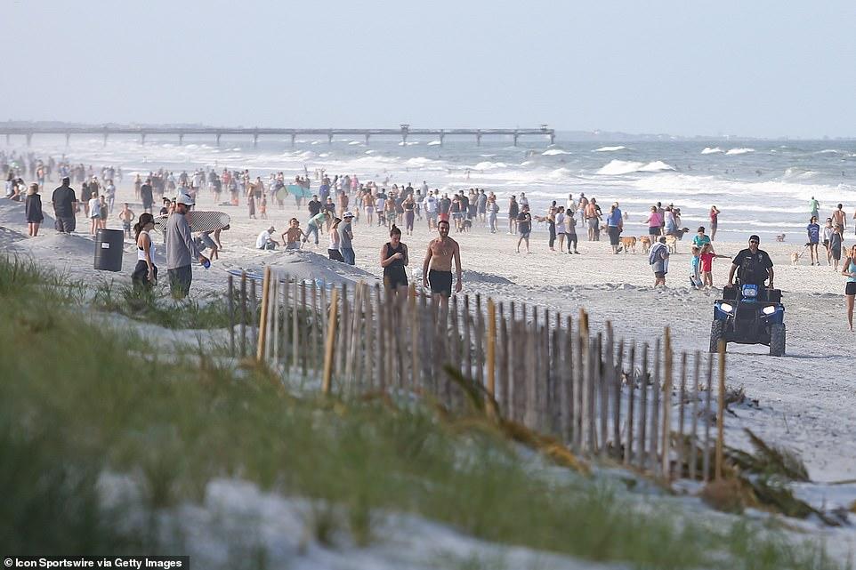 Hàng trăm người dân đổ xô ra bãi biển ở Florida vào ngày mở cửa đầu tiên.
