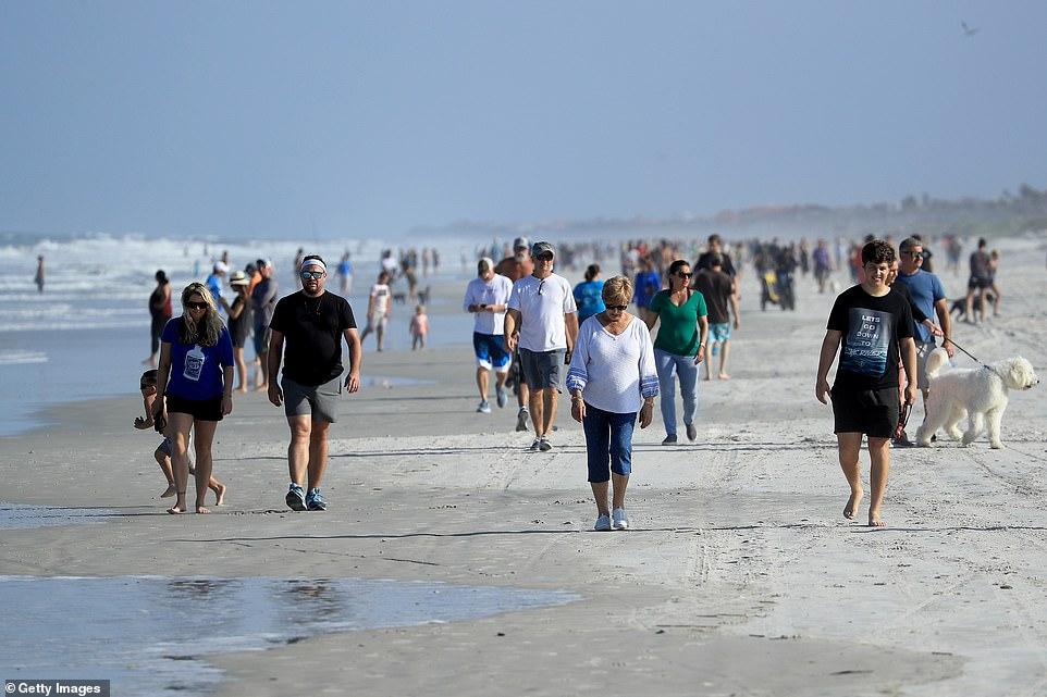 Người dân được phép đi bộ và vui đùa trên bãi biển, nhưng không được tụ tập, tắm nắng hoặc trải thảm ngồi nghỉ.