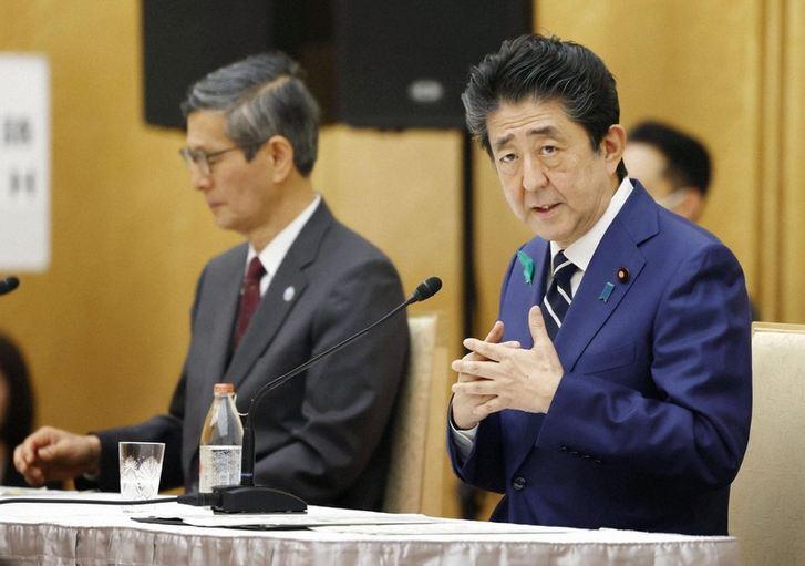 Thủ tướng Shinzo Abe phát biểu tại một cuộc họp báo hôm 17/4. Ảnh: Mainichi