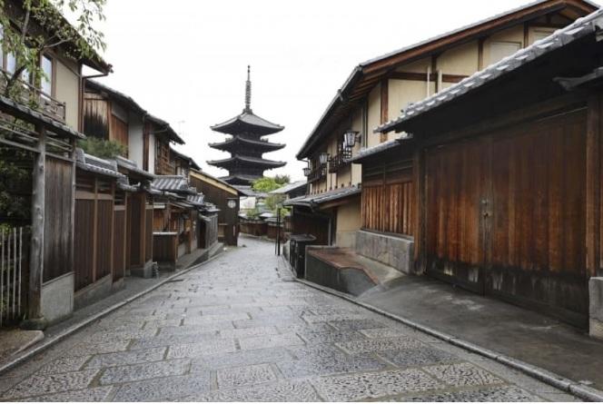 Một con phố vắng lặng tại Kyoto.