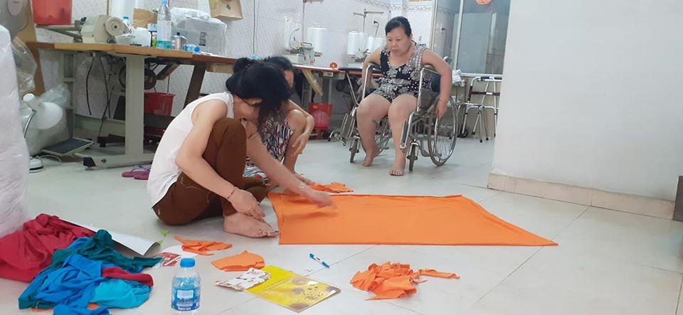 Các chị bắt tay sản xuất thử và tạm tính giá thành của sản phẩm để tiếp tục vận động chị em chung tay, góp sức thực hiện nhiều sản phẩm để trao tặng mọi người