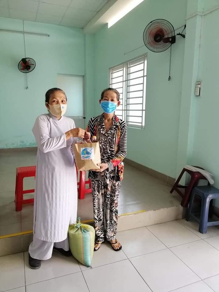 Không phân biệt thành phần tôn giáo, những ngày phòng chống dịch bệnh, các nữ tu luôn có mặt trong các hoạt động thiện nguyện của địa phương.