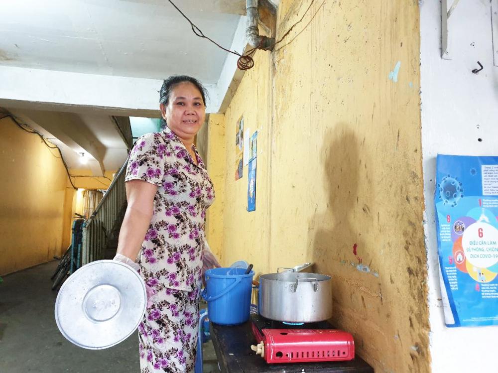 Chị Siu Quyên ở trọ ngay cầu thang chung cư Ngô Gia Tự. Mùa dịch, chị ở nhà làm bánh bèo giao cho khách