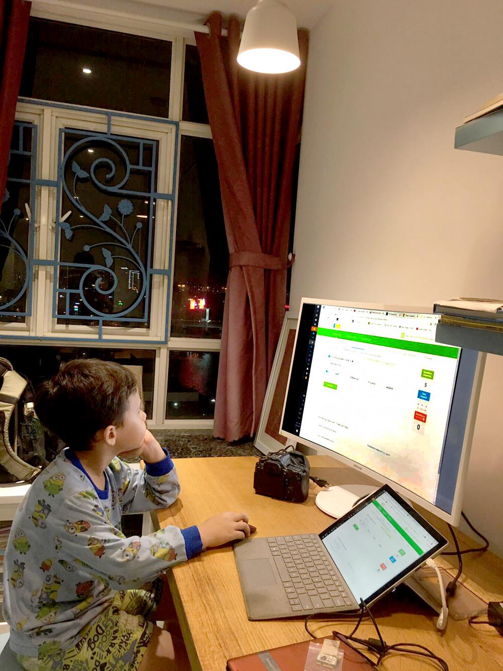 Trẻ học online không hiệu quả bằng đến lớp,  phụ huynh cho rằng đóng đủ học phí là không hợp lý - Ảnh: N. Phương